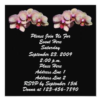 Orquídeas de lujo en la invitación floral negra