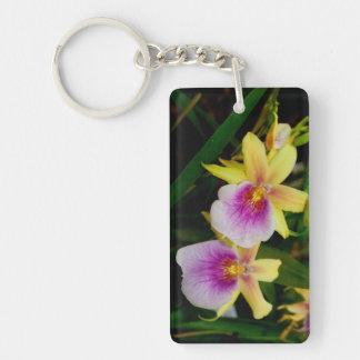 Orquídeas púrpuras rosadas amarillas de la puesta llavero rectangular acrílico a doble cara