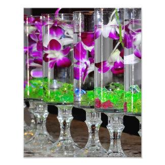 Orquídeas púrpuras y blancas en un vidrio fotografía