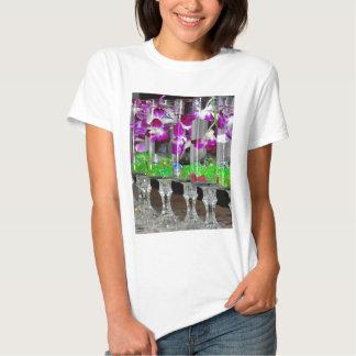 Orquídeas púrpuras y blancas en un vidrio playera