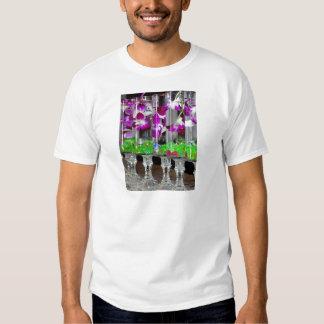 Orquídeas púrpuras y blancas en un vidrio playeras