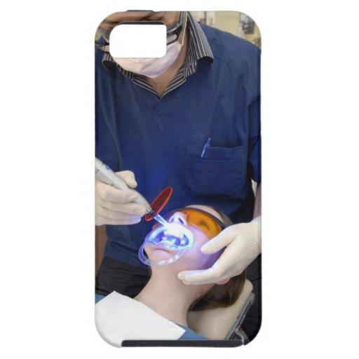 Orthodontist que usa la luz UV para fijar el hormi iPhone 5 Case-Mate Protector