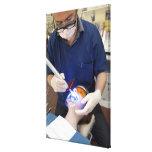 Orthodontist que usa la luz UV para fijar el hormi Lona Estirada Galerías