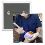 Orthodontist que usa la luz UV para fijar el hormi Pin