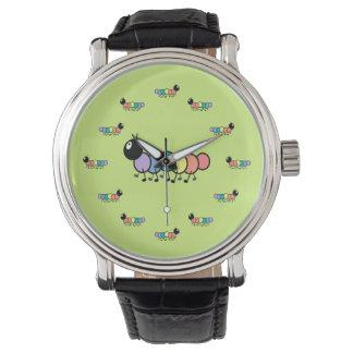 Orugas lindas del dibujo animado (fondo del verde relojes de mano