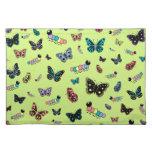 Orugas y mariposas lindas (fondo verde) mantel individual