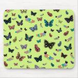 Orugas y mariposas lindas (fondo verde) alfombrilla de ratón