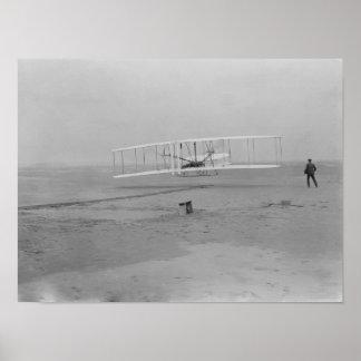 Orville Wright en el primer vuelo en 120 pies Póster