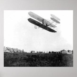Orville Wright que vuela en Fort Myer, de sept. el Poster