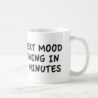 Oscilación de humor siguiente en 5 minutos taza de café