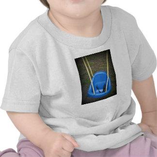 Oscilación del bebé en el swingset azul con las c camiseta