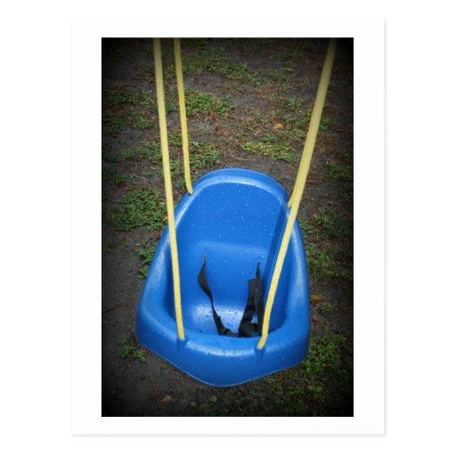 Oscilación del bebé en el swingset, azul con las tarjeta postal