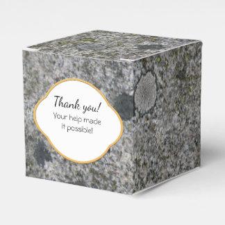Oscile el granito gris de la textura con el musgo caja para regalos de fiestas