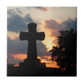 Oscurezca la cruz en la puesta del sol azulejo cuadrado pequeño