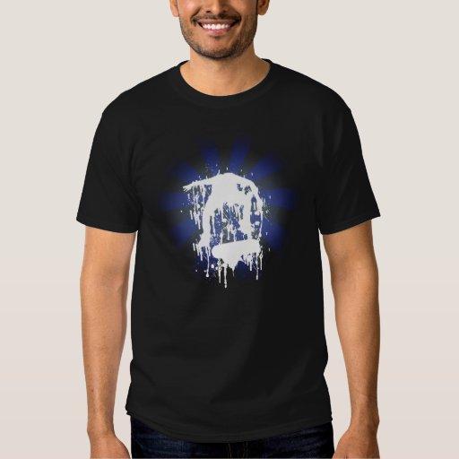 Oscuridad azul de la camisa que anda en monopatín