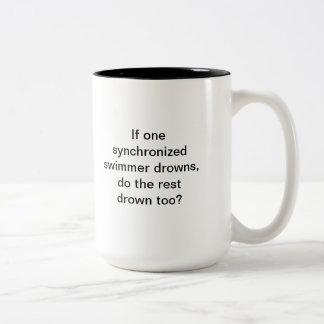 ¡Oscuridad, café! Nadadores sincronizados Taza De Dos Tonos