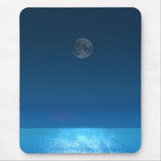 Oscuridad de la luna azul en el mar tranquilo tapetes de ratones