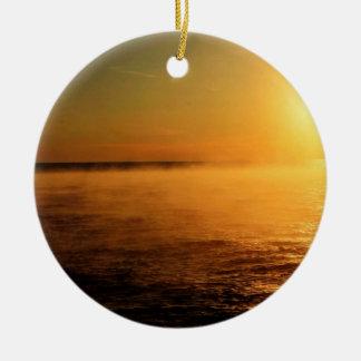 oscuridad de oro brillante en el mar adorno redondo de cerámica