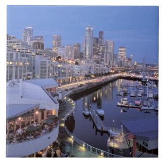 Oscuridad en el puerto de Bell en Seattle, Washing Teja
