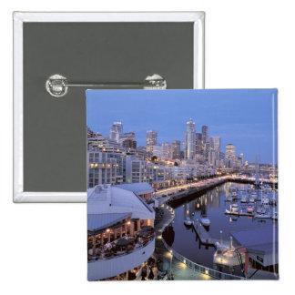 Oscuridad en el puerto de Bell en Seattle, Washing Pin Cuadrado