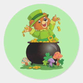 Oso animado del día de St Patrick con la mina de Pegatina Redonda