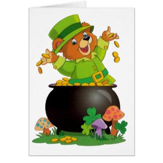 Oso animado del día de St Patrick con la mina de Tarjeta De Felicitación