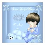 Oso azul del juguete del pequeño muchacho del invitación