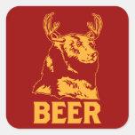 Oso + Ciervos = cerveza Pegatina Cuadrada