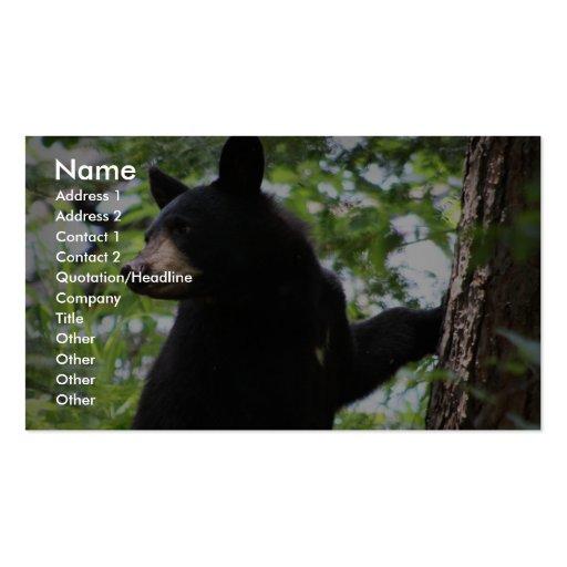 Oso Cub negro lindo que sube en el árbol en bosque Tarjetas De Visita