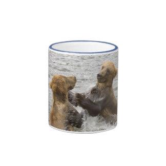 Oso Cubs de Brown que juega en agua Taza