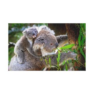 Oso de koala lindo del bebé con la mamá en un árbo impresion de lienzo