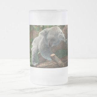 Oso de koala lindo el dormir taza de cristal
