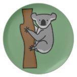 Oso de koala lindo en un árbol plato