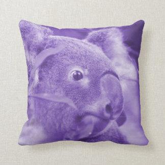 oso de koala que mira el marsupial púrpura derecho cojín decorativo