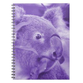 oso de koala que mira el marsupial púrpura derecho libro de apuntes con espiral