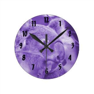 oso de koala que mira el marsupial púrpura derecho reloj redondo mediano