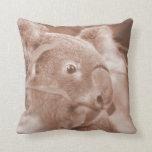 oso de koala que mira sepia.jpg derecho almohada