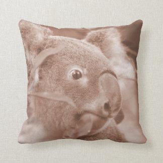 oso de koala que mira sepia.jpg derecho cojín decorativo
