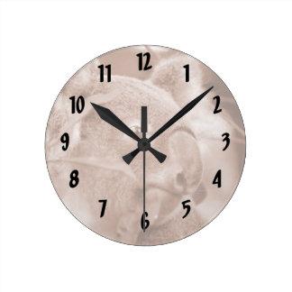 oso de koala que mira sepia.jpg derecho reloj redondo mediano