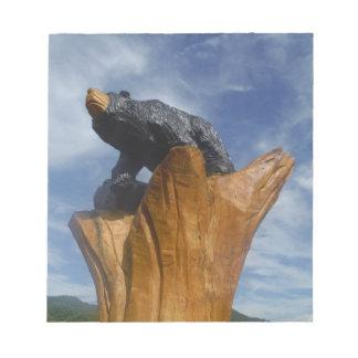 Oso de madera del negro/de Brown con el cielo azul Blocs
