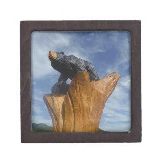 Oso de madera del negro/de Brown con el cielo azul Cajas De Regalo De Calidad