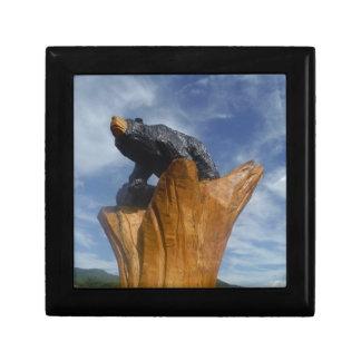 Oso de madera del negro/de Brown con el cielo azul Cajas De Joyas