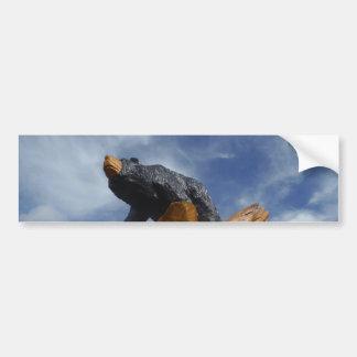 Oso de madera del negro/de Brown con el cielo azul Pegatina De Parachoque