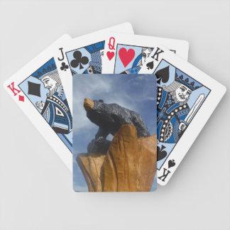 Oso de madera del negro/de Brown con el cielo azul Barajas