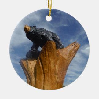 Oso de madera del negro/de Brown con el cielo azul Adorno De Navidad