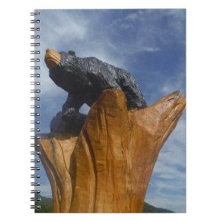 Oso de madera del negro/de Brown con el cielo azul Libros De Apuntes