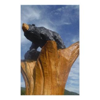 Oso de madera del negro/de Brown con el cielo azul Papeleria Personalizada