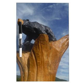 Oso de madera del negro/de Brown con el cielo azul Pizarras