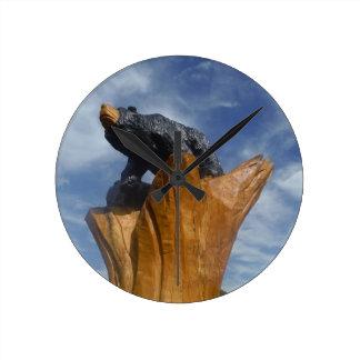 Oso de madera del negro/de Brown con el cielo azul Relojes
