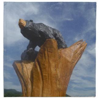 Oso de madera del negro/de Brown con el cielo azul Servilletas
